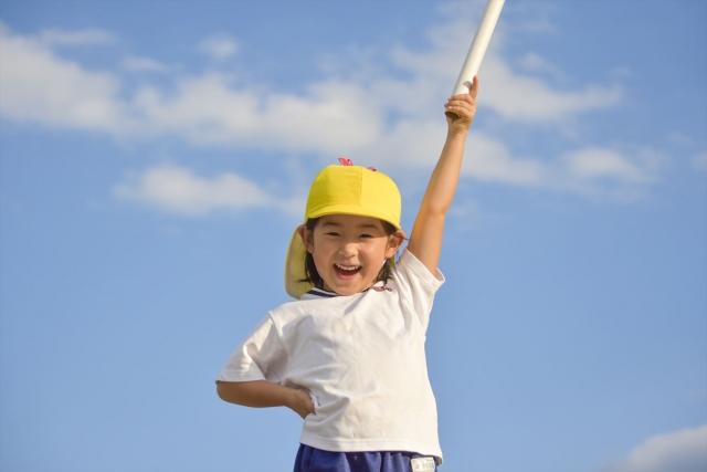 運動する小学生